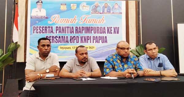 Ketua DPD KNPI Papua, Alberto Gonzales Wanimbo didampingi para senior pimpinan OKP saat ramah tama di hotel Horison Abepura, Padang Bulan, Kota Jayapura, Jumat (17/9/2021) / Foto: Seo Balubun