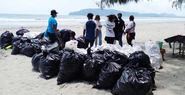 1.6 Ton sampah manusia yang berhasil dikumpulkan dari tempat waisata Pantai Holtekamp, Distrik Muara Tami, Kota Jayapura, JSabtu (18/9/2021)