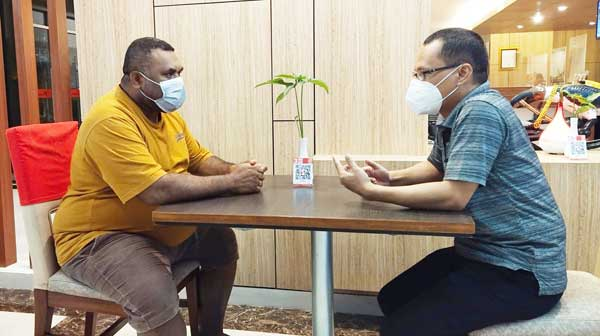 Anggota DPRD Kabupaten Manokwari Roland Yarolo bersama Ketua Koperasi Produsen Pengelolaan Sampah Kabupaten Manokwari Yohanes Ada Lebang saat berdiskusi, Kamis (2/9/2021). (Foto : Istimewa)