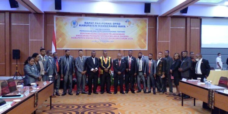 Bupati Dorinus Dasinapa dan Wakil Bupati Yakobus Britay pose bersama pimpinan dan anggota DPR Kabupaten Mamberamo Raya usai rapat paripurna di Hotel Horison Kotaraja, Kota Jayapura, Jumat (10/9/2021) / Foto: Seo Balubun