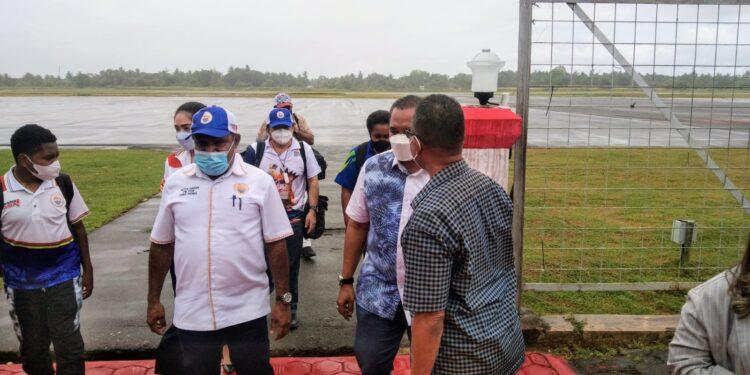 Ketua Harian PB PON XX Papua, DR. Yunus Wonda dan rombongan saat tiba di Bandara Mopah Merauke, Selasa (14/9/2021) / Foto: Humas PB PON XX