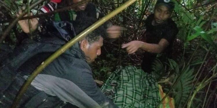 Tim gabungan TNI-Polri saat proses evakuasi dari dasar jurang di Distrik Kiwirok, Kabupaten Pegunungan Bintang / Foto: Istimewa
