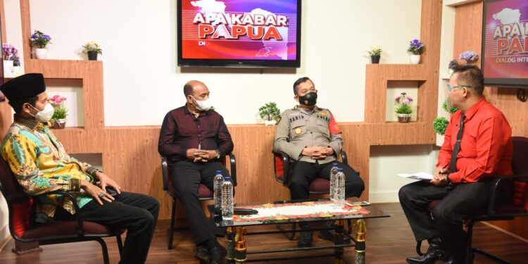 Dialog interaktif dalam program acara apa kabar papua membahas tentang TNI-Polri dan Pemerintah Gencar Vaksinasi Jelang PON XX di Stasiun Jaya TV Kota Jayapura, Senin (20/9/2021) / Foto: Humas Polda Papua