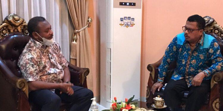 Ketua LP3KD Papua Barat Dr Roberth Hammar,S.H.,M.Hum.,M.M pertemuan bersama Bupati Teluk Bintuni Ir Petrus Kasihiw,M.T di Kediaman Bupati, SP 3 Distrik Manimeri, Bintuni, Senin (20/9/2021).(Foto : Istimewa)