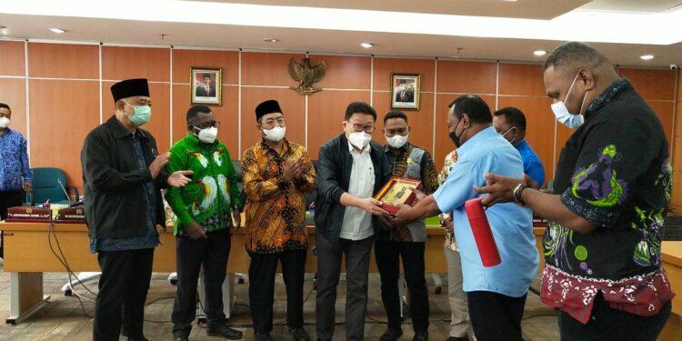 Penyerahan Cinderamata usai rapat kunjungan kerja Komisi I DPR Papua Barat dengan Komisi A DPRD DKI Jakarta, Senin (20/9/2021).(Foto : Istimewa)