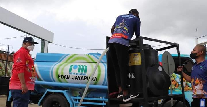 Dirut PDAM Jayapura, DR. H. Entis Sutisna, tinjau 2 personil operator pengawas mempersiapkan suplai air bersih di venue softball Agus Kafiar Uncen, Kota Jayapura, Rabu (22/9/2021) / Foto: Humas PDAM Jayapura