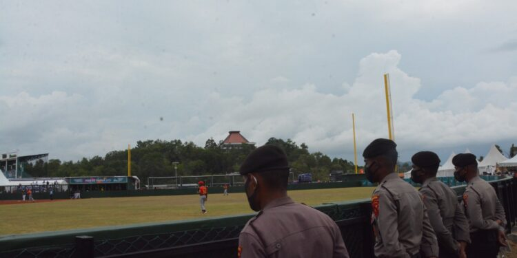 Personil TNI-Polri Tergabung Dalam Operasi Deraku Cartenz Jaga Pertandingan Softball di Lapangan Agus Kafiar Uncen, Klaster Kota Jayapura, Jumat (24/9/2021) / Foto: Humas Satgas Deraku Cartenz
