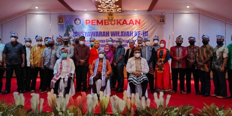 Gubernur Papua Barat Drs Dominggus Mandacan,M.Si foto bersama peserta Muswil III KKST Papuan Barat di Hall Caffe Laut Hotel Mansinam Manokwari, Jumat (24/9/2021).(Foto : KENN)