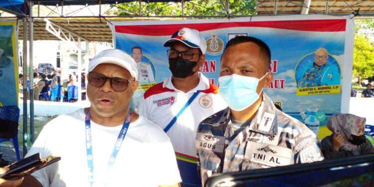 Koordinator SDM PB PON XX, Alberto G. Wanimbo (Baju putih) dan Mayor (K) Agus Budianto (Baju dinas AL) memberikan keterangan pers usai vaksinasi di Halaman kantor otonom Kotaraja, Sabtu (25/9/2021) / Foto: Seo Balubun