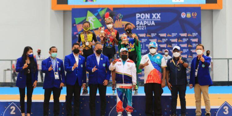 Gubernur Papua, Lukas Enembe, foto bersama atlit juara sepatu roda dan tim official di arena sepatu roda Klemen Tinal, Buper Waena, Kota Jayapura, Senin (27/9/2021) / Foto: Dian Mustikawati