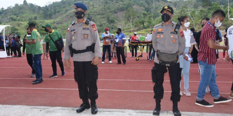 Pengamanan Pertandingan Sepak Bola Putra di stadion Mahacandra Uncen, Waena, Kota Jayapura, Senin (27/9/2021)/ Foto: Humas Ops Deraku Cartenz