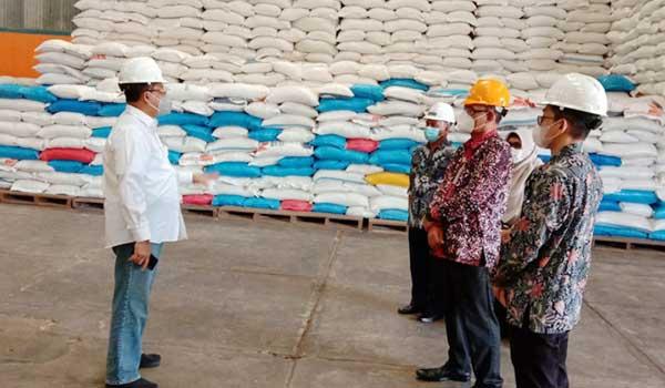 Direktur Utama Perum Bulog Budi Waseso (kiri) melakukan kunjungan kerja ke Kota Ambon