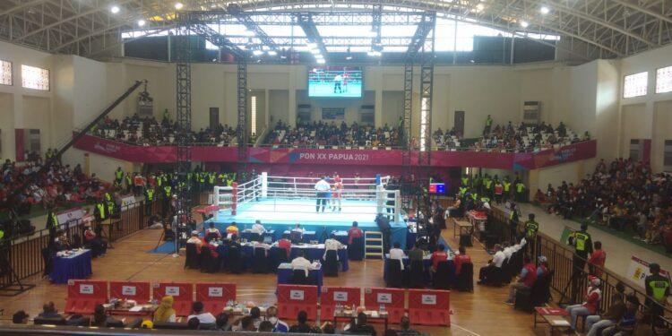 Laga Semifinal Cabor Tinju PON XX Papua 2021 di Gor Cenderawasih, APO, Klaster Kota Jayapura, Minggu (10/10/2021) / Foto: Seo Balubun