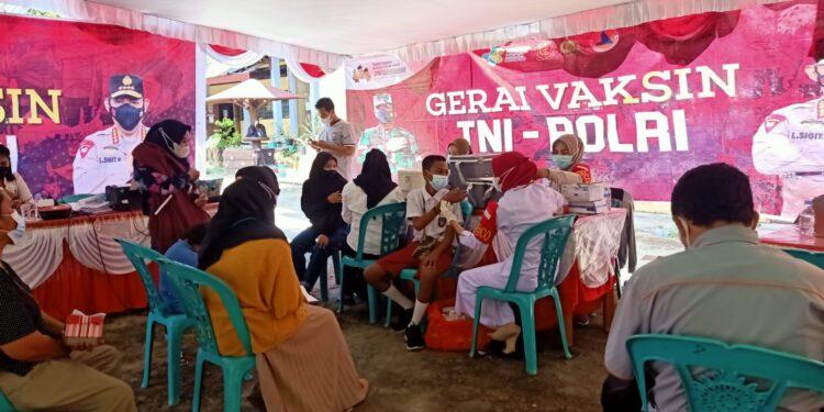 Polda Papua Barat Gelar Vaksinasi Presisi di Halaman SMP Negeri 1 Fanindi, Manokwari, Papua Barat, Rabu (13/10/2021).(Foto : Bid Humas Polda PB)