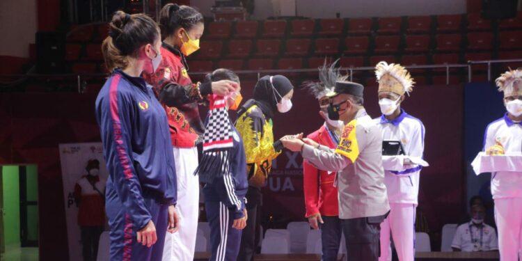 Wakapolda Papua, Brigjen Pol. Eko Rudi Sudarto serahkan medali dan sertifikat kepada atlit karate putri usai laga final di Gor Politeknik Penerbangan Kota Jayapura, Rabu (13/10/2021) / Foto: Humas Polda Papua