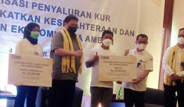 Menko Perekonomian RI Airlangga Hartarto secara simbolis menyerahkan bantuan modal kepada enam debitur KUR di Kota Ambon yang sumber dananya dari BNI 46, BRI, serta Bank Mandiri. (4/10) lalu. (daniel-Antara)